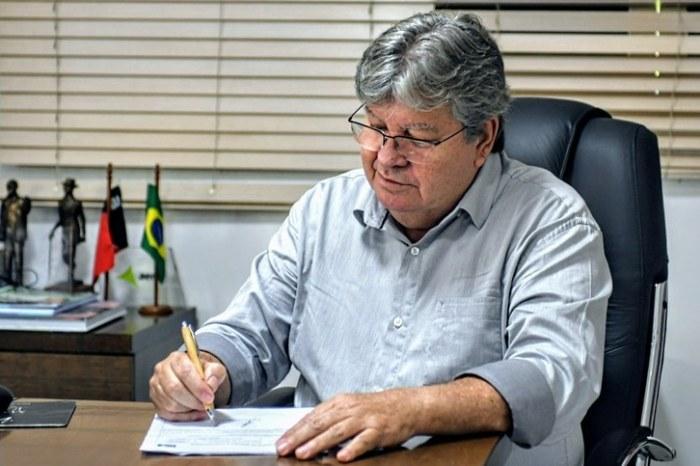 João Azevêdo assina ordem de serviço para restauração da estrada Taperoá a Desterro