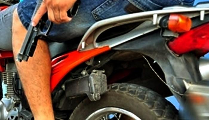 Dupla armada rouba motocicleta e assalta posto de combustível na cidade de Soledade