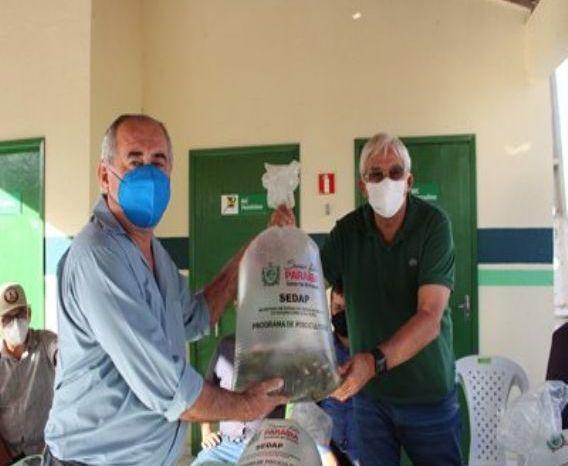 Efraim Morais visita a região do Cariri e realiza distribuição de 500 mil alevinos para 11 municípios