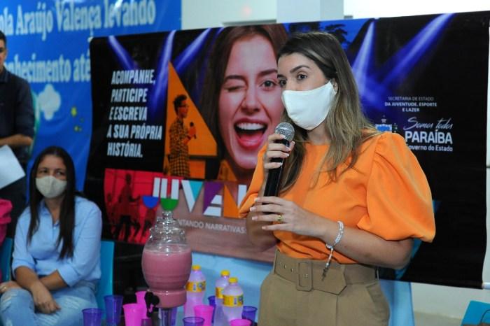 Anna Lorena entrega certificados dos cursos oferecidos no Mês da Juventude