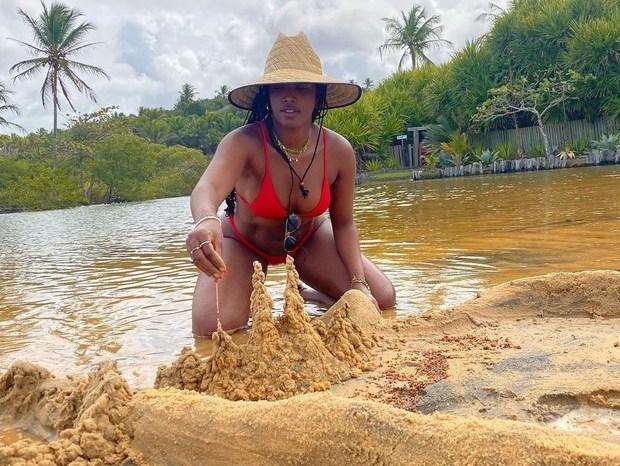 Iza brinca e faz registro com castelo de areia