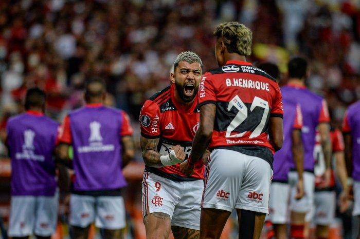 Flamengo vence Barcelona com dois gols de Bruno Henrique