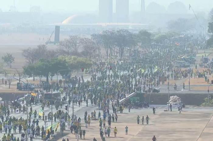 Em Brasília, manifestantes tentam furar bloqueio e PM lança bombas