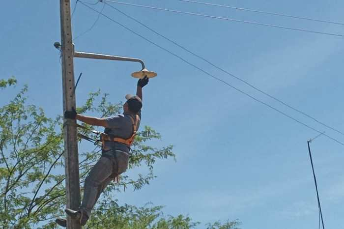 Prefeitura de Monteiro realiza reposição de lâmpadas beneficiando mais de 50 famílias