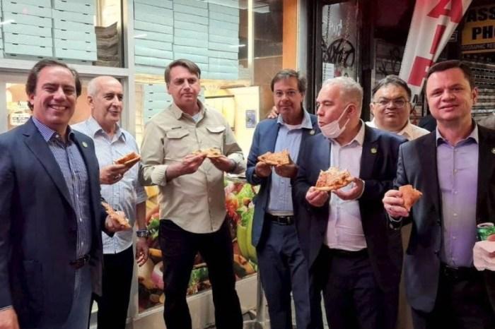 Bolsonaro dribla exigência de vacina ao comer pizza em rua de Nova York