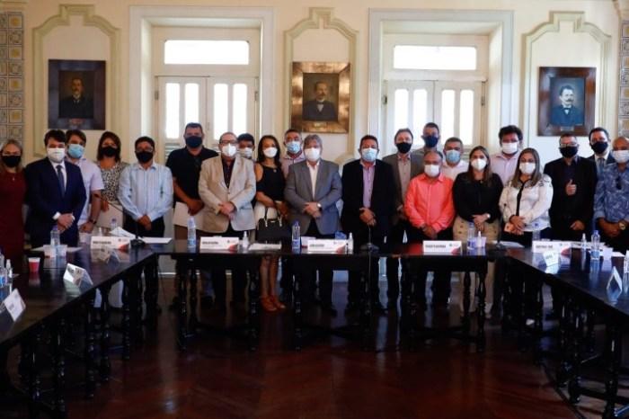 Ronaldo Guerra retorna às atividades e participa de reunião de João com prefeitos