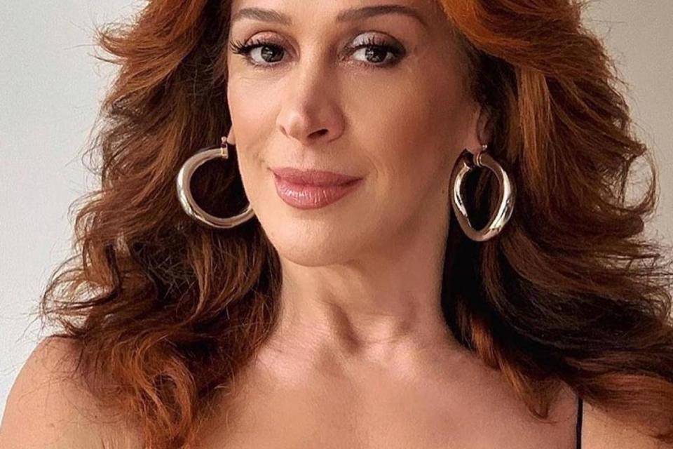 Claudia Raia aposta em look diferentão de látex e rouba a cena na TV