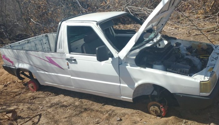 Carro furtado em Monteiro é encontrado 'depenado' em Sertânia