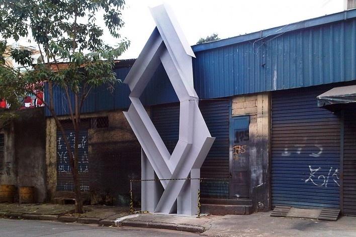 Escultura (?) sendo construída no espaço público, Grotão da Bela Vista<br />Foto Abilio Guerra