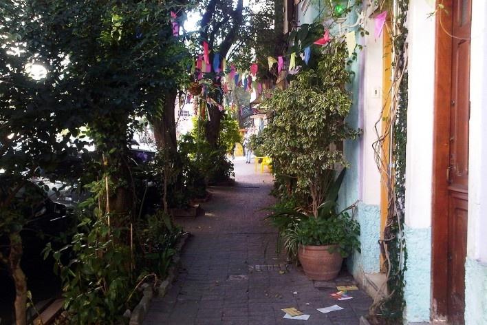 Jardim familiar na calçada pública enfeitado para festa junina, Grotão da Bela Vista<br />Foto Abilio Guerra