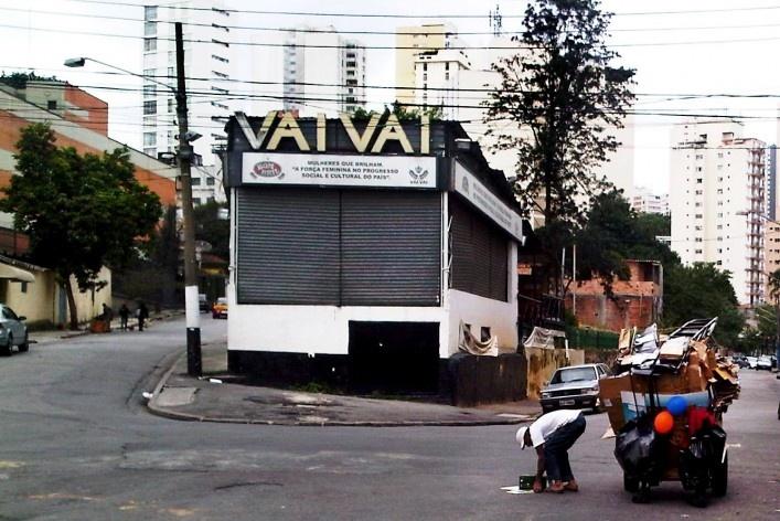 Sede da Vai-Vai e carroceiro transportando sucata, Grotão da Bela Vista<br />Foto Abilio Guerra
