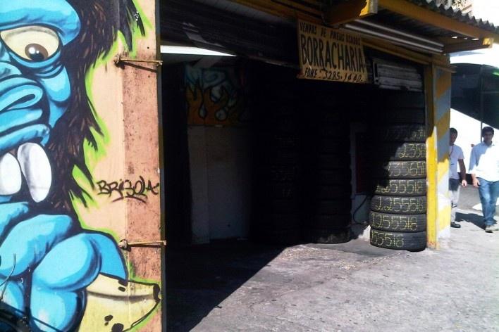 Borracharia com parede grafitada, Grotão da Bela Vista<br />Foto Abilio Guerra