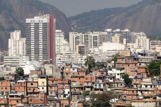 Resultado de imagem para prédios classe A perto de favelas