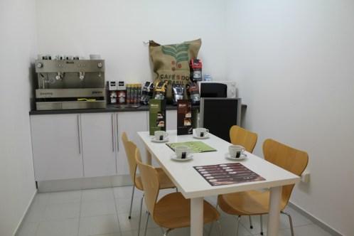 Un espai on dinar i prendre un cafè és disponible per a tots els coworkers // David Guerrero