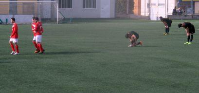 Els fatigats jugadors molinencíns veuen com el Vallirana celebra el quart gol // Adrià Casa