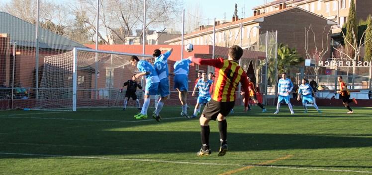 Joan Torelló pica un tir lliure marca de la casa // Jose Polo