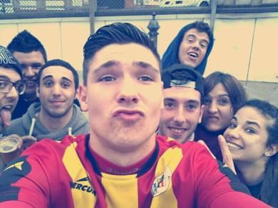 """Àlex Agudo va celebrar el seu golàs fent-se un """"selfie"""" amb alguns aficionats // Àlex Agudo"""