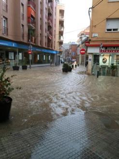 La cruïlla del carrer Molí amb Rafael Casanova s'ha tornat a inundar // David Contijoch