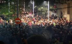 La multitud espera al Camell a les escaleres del Mercat // Jose Polo