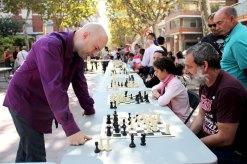 El mestre Marc Narciso ha competit amb una trentena de jugadors de les simultànies d'escacs // Jordi Julià