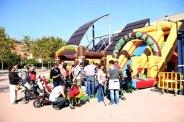 Uns inflables han animat a apropar-se als nens a la plaça del Molí // Jordi Julià