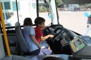 Els nens han pogut posar-se al volant del MolinsBus per un dia // Jordi Julià