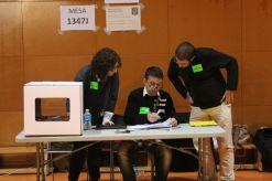 Membres d'una mesa de l'IES Bernat El Ferrer minuts abans del recompte// Laura Herrero