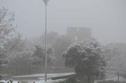 La zona de lleure del Castell Ciuró, durant la nevada d'aquest matí // Elisenda Colell