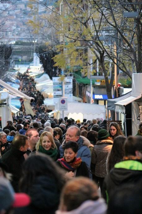 La plaça del Mercat plena de gent // Jose Polo