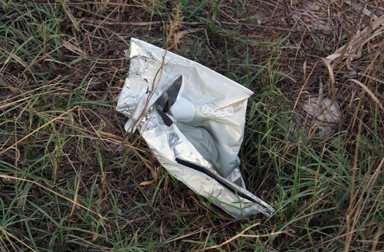 Algunes bosses de plàstic ja han perdut el color del temps que porten als aiguamolls // Jose Polo