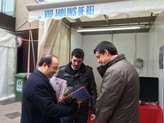 Miquel Iceta fullejant l'anuari Viu Molins de Rei 2015 // Ainoa García