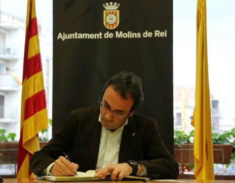 Josep Rull signant al llibre d'honor de l'Ajuntament // David Guerrero