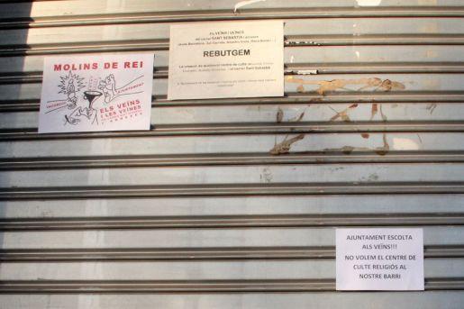 Els manifestants van anar enganxant cartells exposant les queixes // Jordi Julià