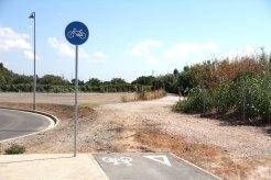 Un petit carril bici acaba al camí del riu // Jordi Julià