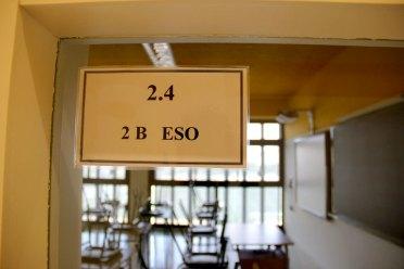 Els cartells de les aules els ha hagut de fer a mà el mateix centre // Jordi Julià