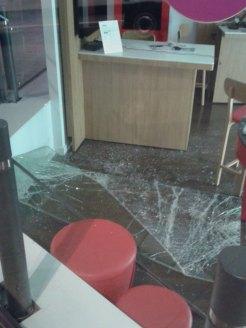 Imatge d'aquesta matinada quan un el vidre encara era a terra // Manuel Julià
