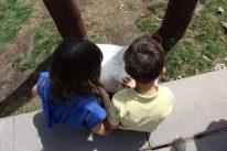 Dos nens llegeixen la Llegenda de Sant Jordi // Jose Polo