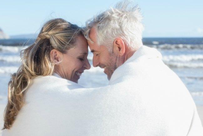 Resultado de imagen para besos de un hombre maduro y una dama joven