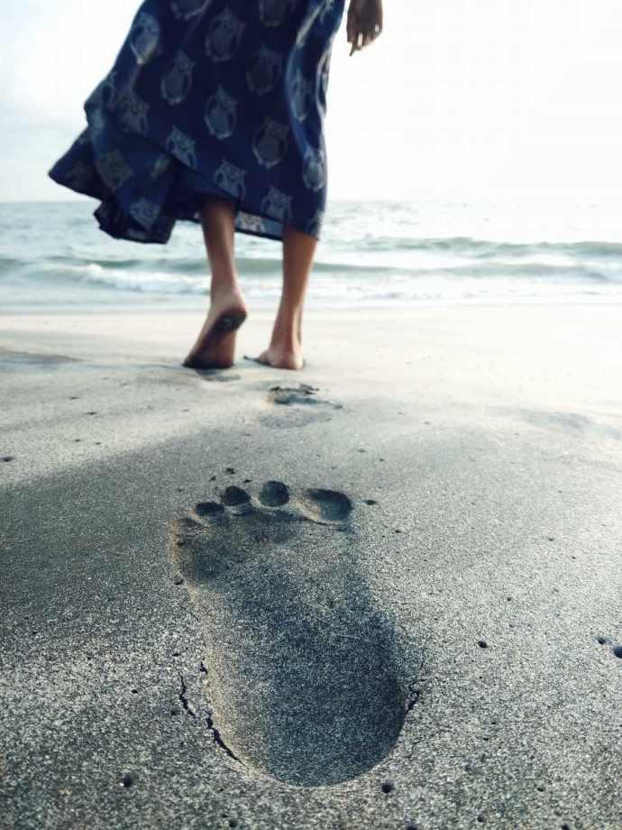 Mujer caminando por la arena