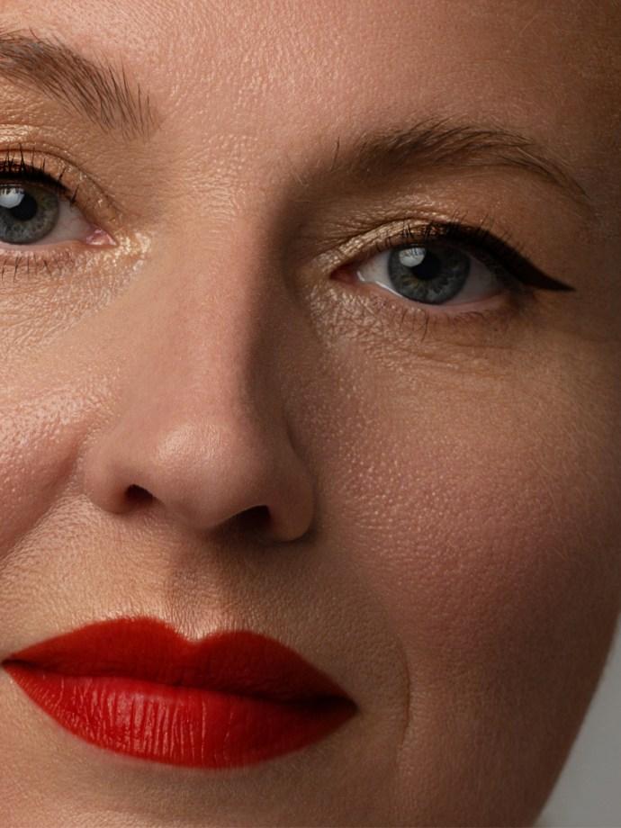 Mujer madura con lápiz labial