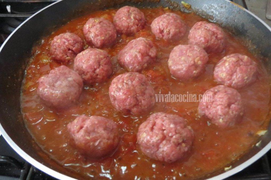Cocer las albóndigas en la salsa de tomate para espagueti con albóndigas
