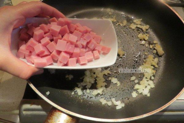 Añadir el Jamón junto con la cebolla para hacer Fusilli a la crema con Champiñones