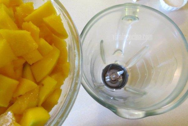 Añadir el Mango picado en trozos, para elaborar Paletas de Mango