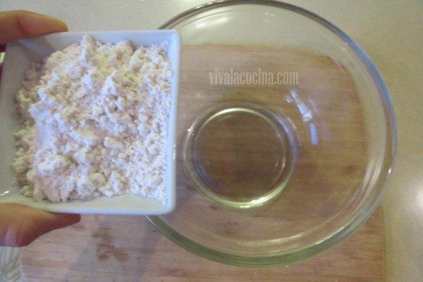 Añadir Harina. Primer paso de la receta de Clafoutis de Cereza