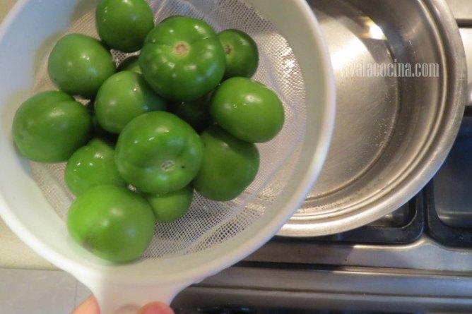 Cocer los Tomates para el chicharrón en salsa verde