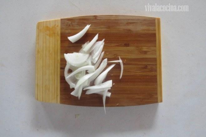 Picar la Cebolla para el Pollo con Almendras