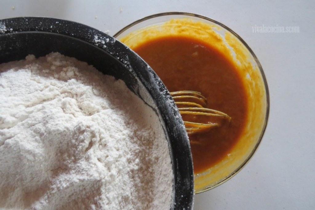 Agregar Harina para elaborar el panqué de calabaza y plátano