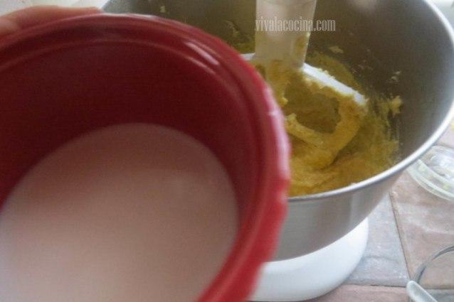 Cómo preparar Volteado de piña y frambuesas: Agregar la Leche