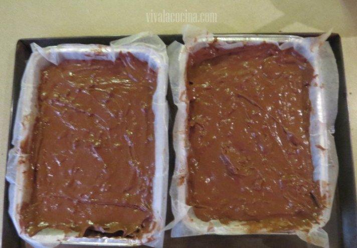 Receta paso a paso de brownies con nueces caseros: Colocar el Batido en los moldes