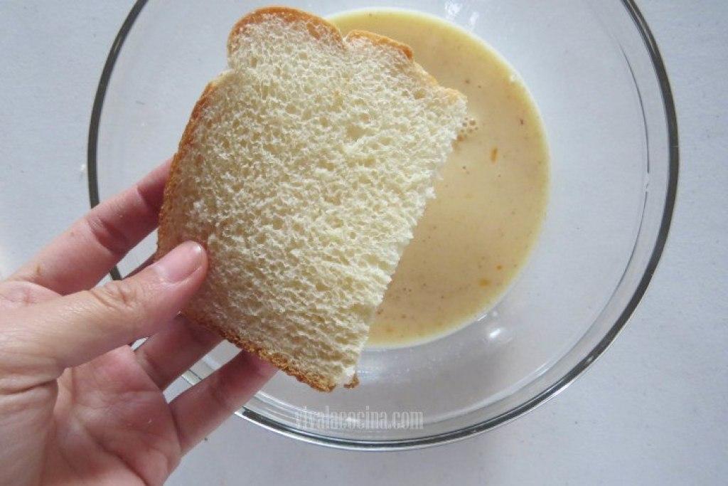 Remojar el Pan en huevo para las tostadas francesas